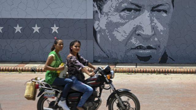 Dos mujeres en motocicleta
