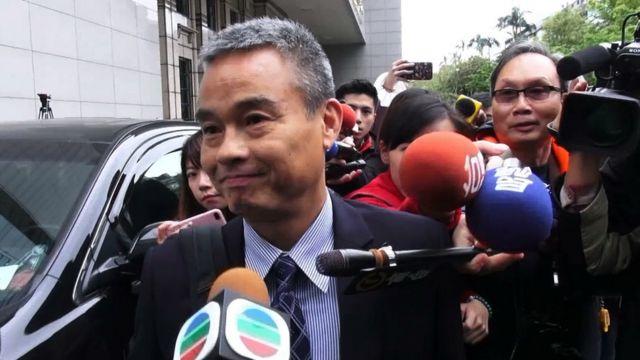香港詹姓警司出席記者會被媒體包圍。