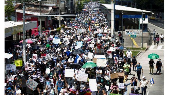 Miles salieron a marchar en la que sería la mayor protesta registrada desde 2019, cuando Nayib Bukele llegó a la Presidencia.