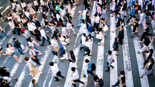 Ljudi prelaze ulicu