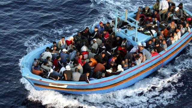 Barca con inmigrantes.