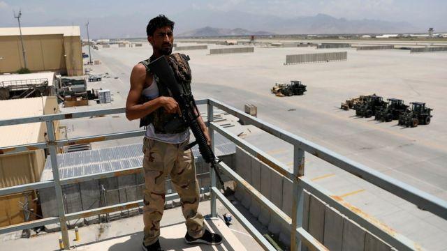 Афганский военный на базе Баграм после вывода оттуда американских войск