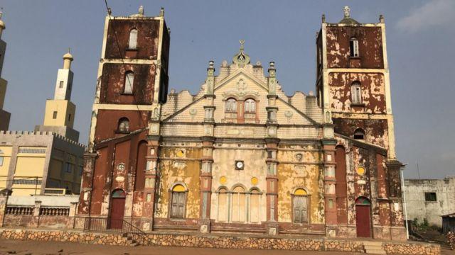 Mesquita muçulmana com traços arquitetônicos de igreja de católica