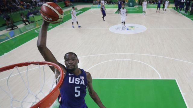 Kevin Durant realiza una clavada.