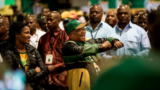 رئيس جنوب أفريقيا جاكوب زوما يغني الأربعاء لآخر مرة بصفته زعيما لحزب المؤتمر الوطني الحاكم قبل أن يتنحى