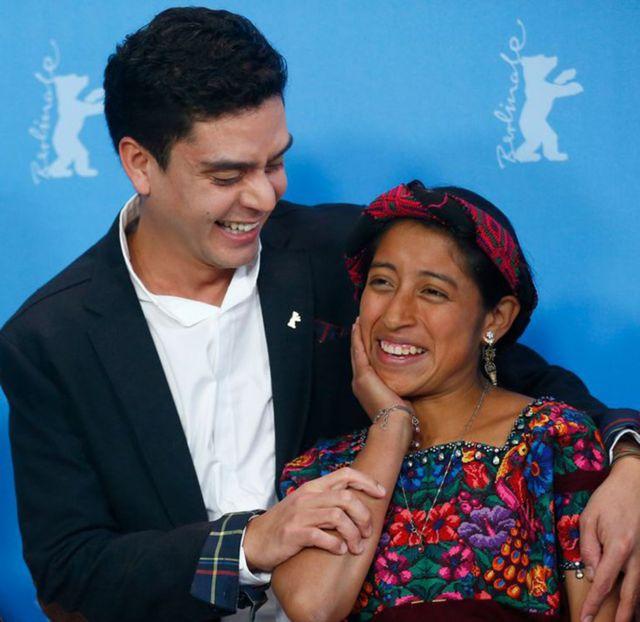 """La actriz María Mercedes Coroy (der) y el director Jayro Bustamante posan durante una sesión de fotos para promocionar la película """"Ixcanul"""" en el Festival de Cine de Berlín, en 2015."""