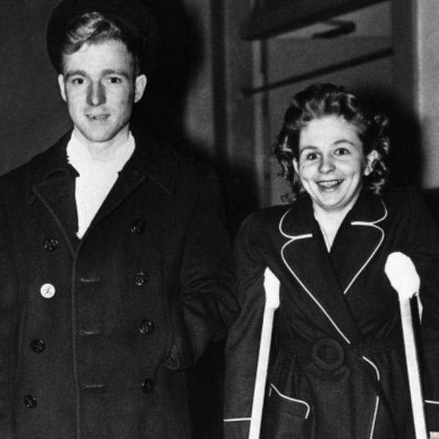 Betty Lou Oliver e o marido em 28 de novembro de 1945