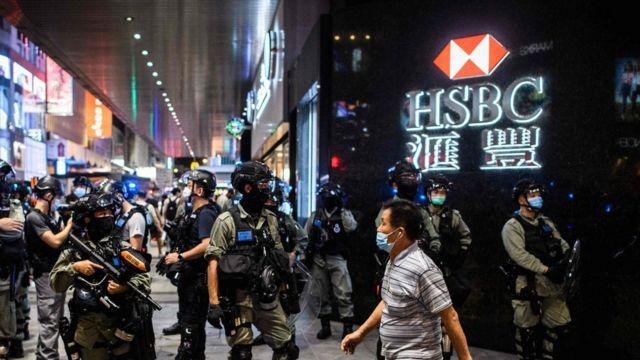一批香港防暴警察在中环皇后大道中汇丰银行分行外停驻(9/6/2020)