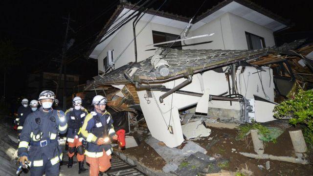 最大震度7の揺れを観測した熊本県益城町では複数の家屋が倒壊した(15日)