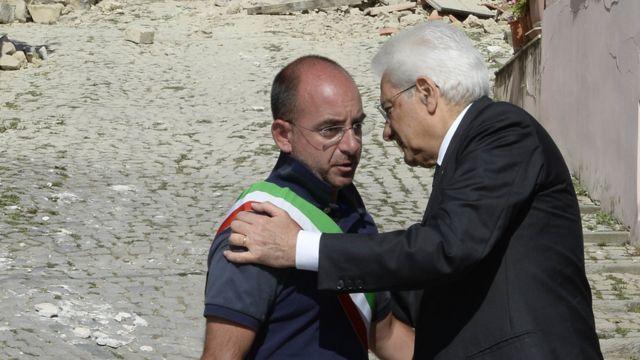 El presidente de Italia, Sergio Mattarelli, expresa sus condolencias al alcalde del poblado de Accumuli, Stefano Petrucci.