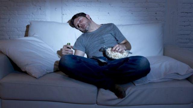 Filmes tristes e de ação tendem a levar pessoas no sofá a comer mais pipoca
