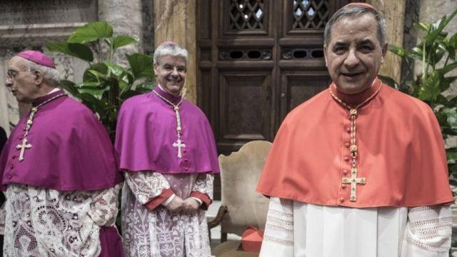 الكاردينال جيوفاني أنجيلو بيتشيو وكاهنان