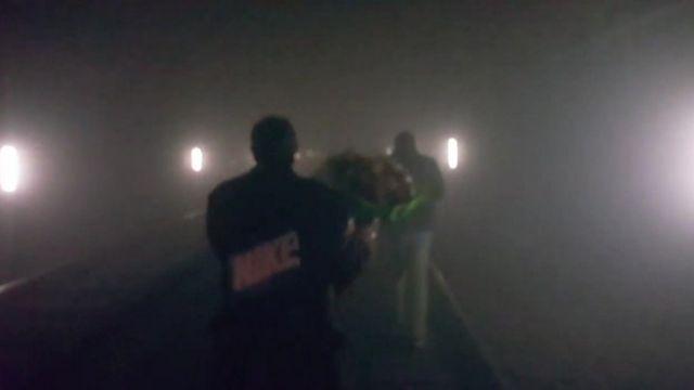 地下鉄駅の爆発で地下鉄は全面運行停止に。線路内で停車した車両の乗客は暗い線路を歩いて避難した