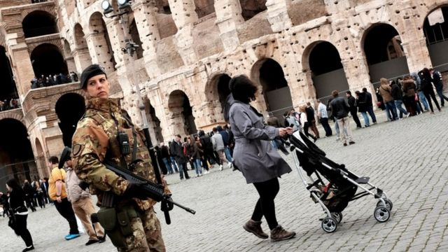 ローマのコロッセオ外で警備する兵士(23日)