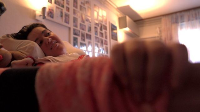 Milana u krevetu u porodičnom domu
