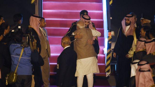 نارندرا مودی با زیر پا گذاشتن پروتکل همیشگی کشورش در استقبال از رهبران جهان، پای پلکان هواپیما محمد بن سلمان را در آغوش کشید