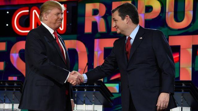 Donald Trump y Ted Cruz dándose un apretón de manos en el set televisivo de un debate en Las Vegas, Nevada, EE.UU.