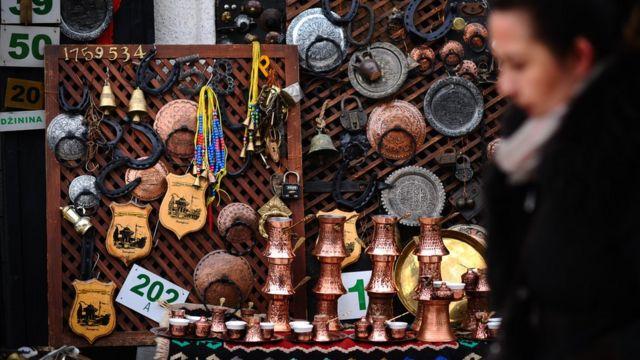 Devojka pored suvenira, Sarajevo