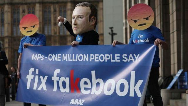 Foto de manifestantes contra Facebook.