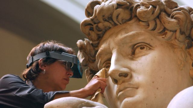 A famosa escultura de David, de Miguel Ángel, de 1504, siendo limpiada en 2002