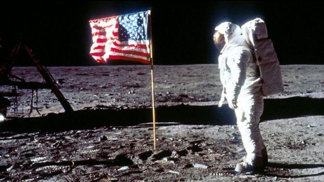 Foto yang memunculkan teori konspirasi termasuk pendaratan di Bulan dan Mars.