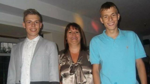 Alex con su madre y su hermano gemelo.