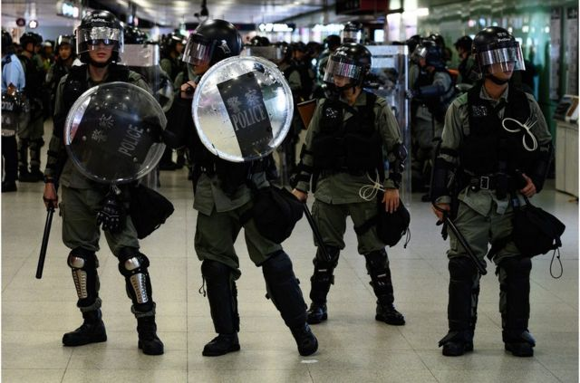 香港防暴警察在香港中環地鐵站內戒備