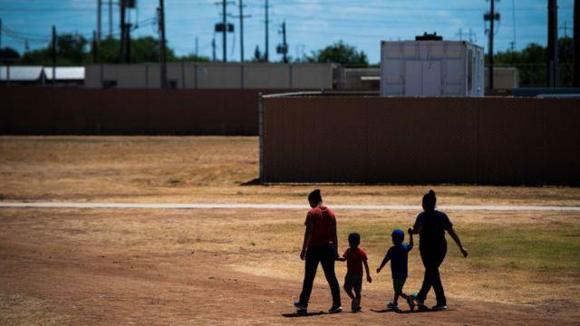Dos madres caminan junto a sus hijos en el Centro Residencial Familiar del Sur de Texas en 2019.