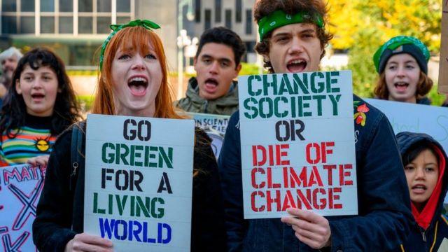 Jóvenes protestan por un mundo más verde.