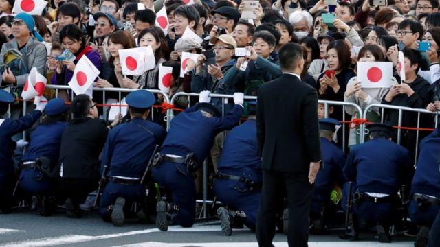 パレードの沿道には大勢が詰め掛けた