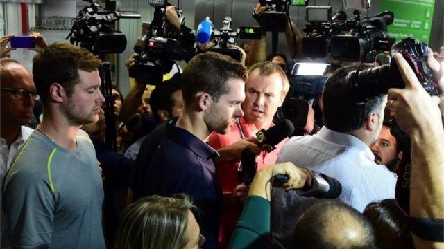 Jack Conger e Gunnar Bentz são levados para posto da Polícia Federal no Aeroporto Internacional Tom Jobim