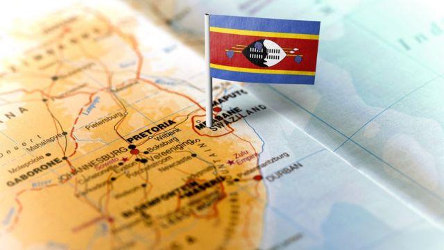 Mapa del sur de áfrica con una bandera en Suazilandia