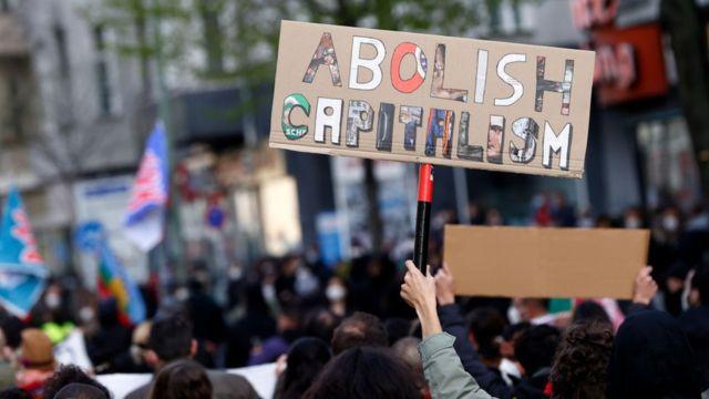 """""""Abolir o capitalismo"""" diz um pôster em um protesto em 1º de maio de 2021 em Berlim."""