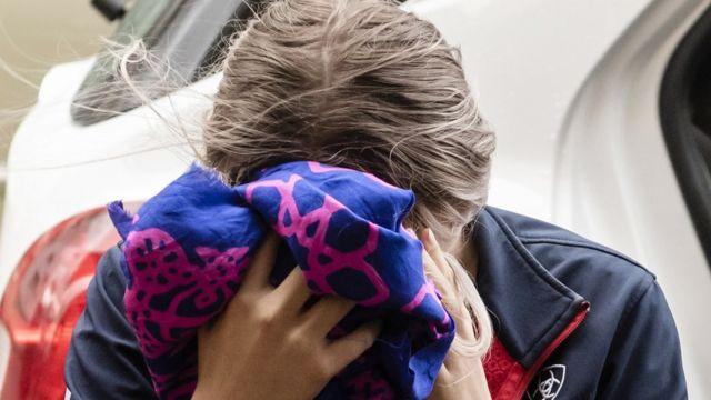 Девушка закрыла лицо платком