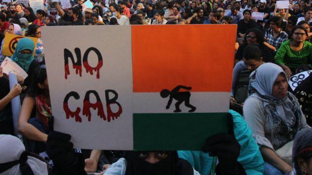जगह- मुंबई, किसी प्रदर्शनकारी की नज़र में झंडे में एक रंग का फैलाव