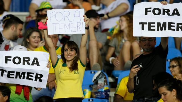 Carteles contra Temer en Río de Janeiro