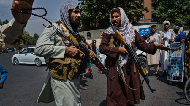 Militantes do Talebã se mobilizam para controlar uma multidão em Cabul em 19 de agosto de 2021