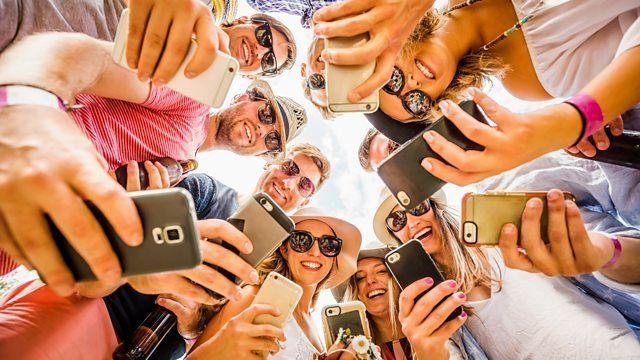 휴대폰을 보고 있는 사람들