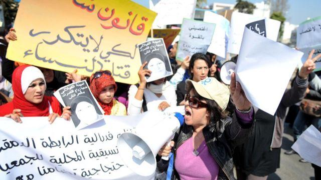 Mujeres protestando en Marruecos con imágenes de Amina Filali