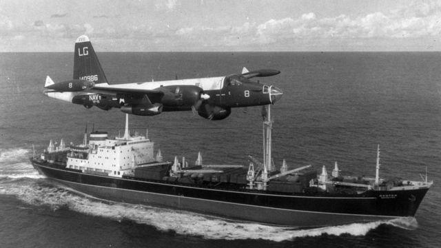 Un P2V Neptune sobrevuela un carguero soviético