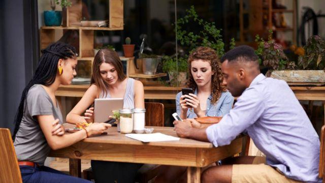 Не пришло ли время отказаться от гаджетов в кафе?