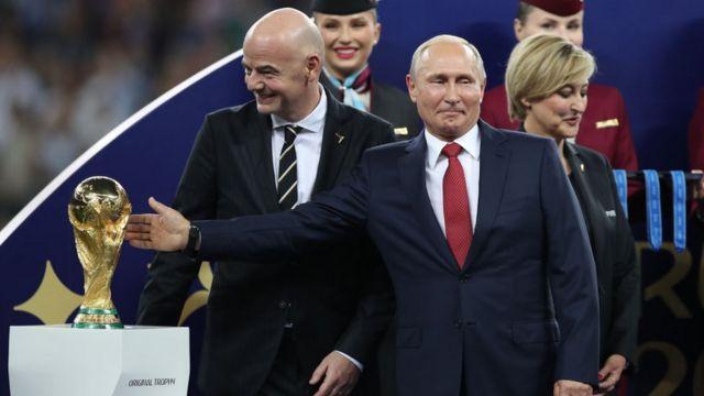 Putin akiotesha kombe la mashindano ya kombe la dunia