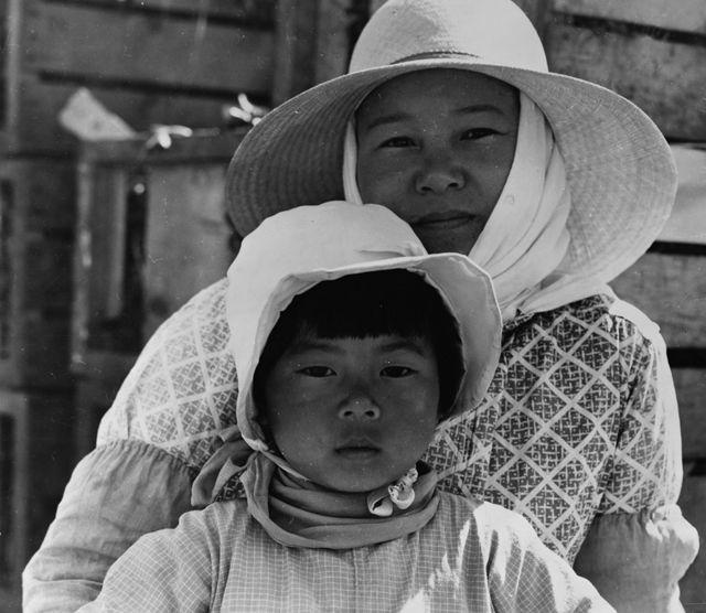 Fotografia de Dorothea Lange de uma mãe e filha japonesas na Califórnia em 1937.
