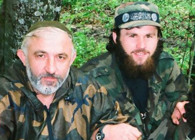 خانغوشفيلي (يمين) كان حليفا مقربا للرئيس الشيشاني أصلان ماسخادوف( يسار)، العقل المدبر لحرب العصابات الشيشانية ضد روسيا