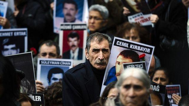 Mikail Kırbayır Cumartesi Anneleri eyleminde kardeşi Cemil Kırbayır'ın fotoğrafını tutuyor (31 Ekim 2015)