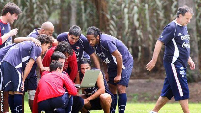 Jugadores chilenos analizan un video de Ecuador antes de un partido de clasificación para el mundial 2010.