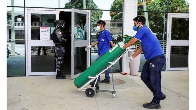 Entrega de cilindro de oxigênio em hospital em Manaus