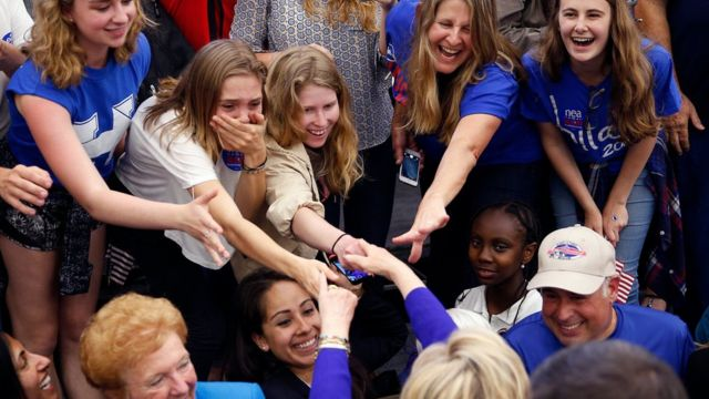 Jóvenes dando la mano a Hillary Clinton en California