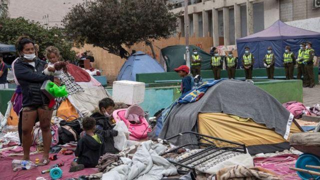 La policía chilena (Carabineros) desalojó a varios migrantes que estaban instalados en la Plaza Brasil, en Iquique, el viernes pasado.