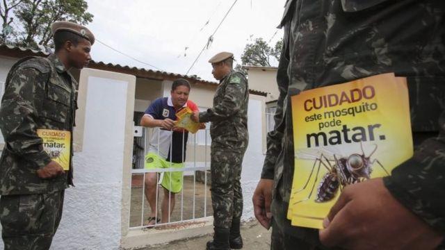 軍がジカウイルスへの注意を促すパンフレットを配った(先月29日、サンパウロ)
